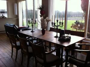 Ruime woonkamer (tafel wordt langer gemaakt).