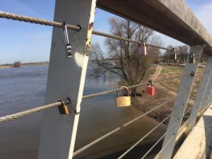 Slotjes aan de brug tussen Nijmegen en de Waalstrandjes